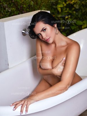 Syndy nuru massage